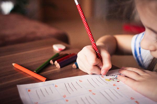 niño aprendiendo a escribir