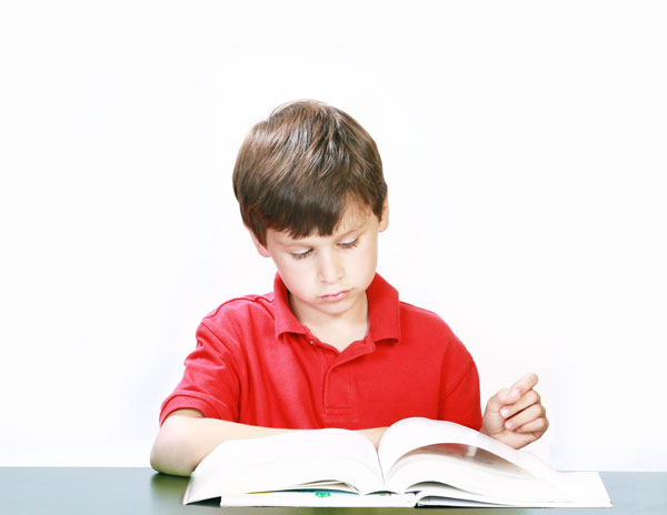 alumno leyendo