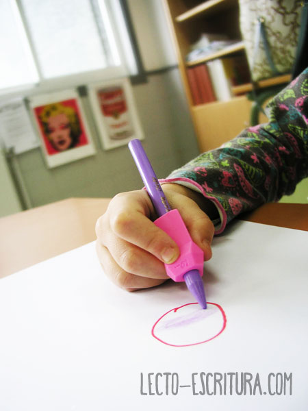 niños usando correctores de escritura
