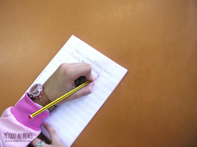 Posición correcta mano zurdos línea escritura